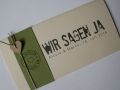 Hochzeitskarte FELINA Schrift GRUNGE Banderole oliv / Karte elfenbein / Herz braun
