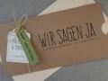 Hochzeitseinladung Hochzeitskarte Kraftpapier HEAVN Schrift VINTAGE2 mit farbigem Papierstreifen und Versandkuvert in chamois