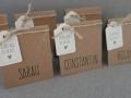 Platzkarte aus Kraftpapier mit kleinem Anhänger