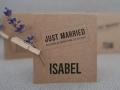 Platzkarten aus Kraftpapier mit Lavendelzweig verziert