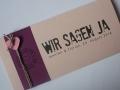 Hochzeitskarte FELINA Schrift GRUNGE Banderole cassis / Karte rosa / Herz pink