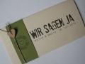 Hochzeitskarte FELINA Banderole oliv / Karte elfenbein / Herz braun