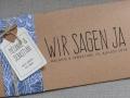 Hochzeitskarte FLORALI mit Banderole in jeansblau, Anhänger Etikett mit Herz