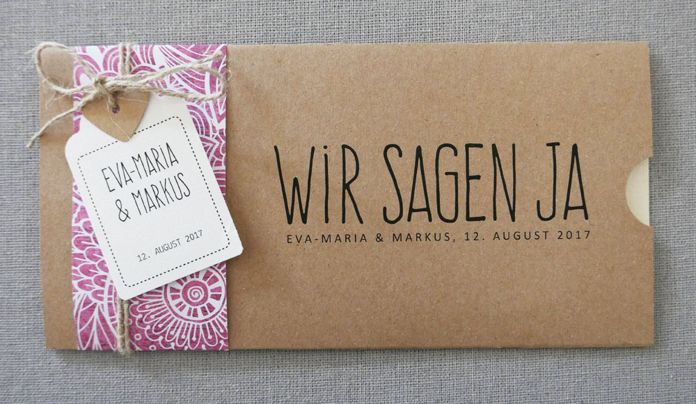 Hochzeitskarte Florali aus Kraftpapier mit Anhänger und farbigem Herz