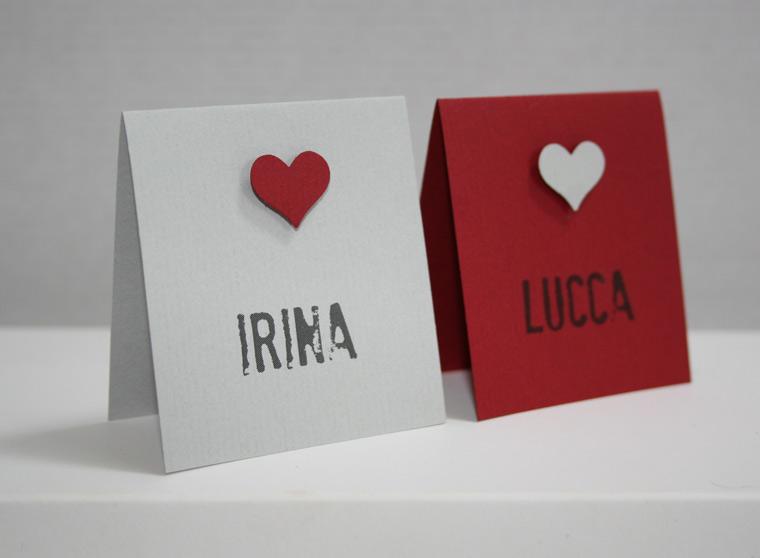 Platzkarten Hochzeit Be Grey in grau oder rot mit Herz