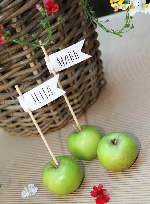 Platzkarte mit Namensfähnchen. Warum nicht in einen Apfel gesteckt? Passt gut zur Gartenhochzeit!