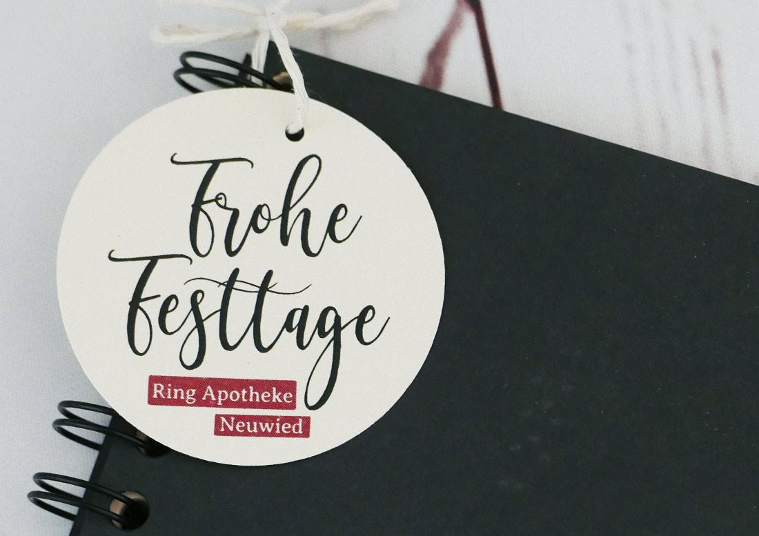 Personalisierte Geschenkanhänger für Firmen (Kundengeschenke) zu Weihnachten mit Logo und individuellem Text.